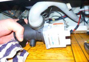 """Доступ к сливному шлангу стиральной машины """"через дно"""""""