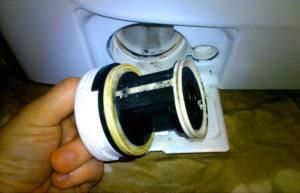Естественное загрязнение слива стиральной машины