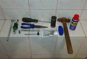 Набор инструментов,которые нужны при разборе бака