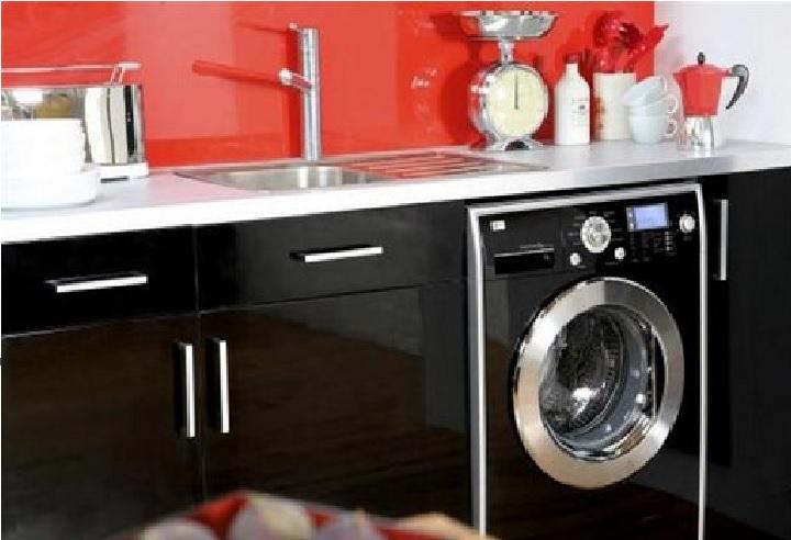 Черная кухня красная панель
