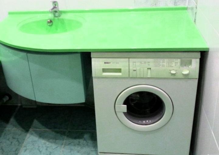 Зеленая столешница над стиральной машиной