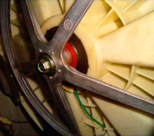 Освобождаем шкив барабана стиральной машины