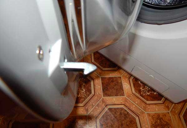 Сломанная дверца стиральной машины