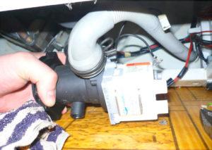 Снимаем сливной шланг со стиральной машины