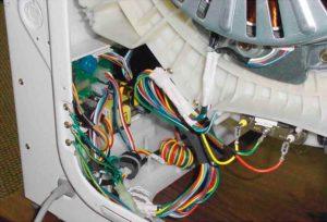 Провода на корпусе бака сзади