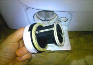 Фильтр стиральной машины необходимо почистить и промыть