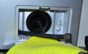 Сливаем воду со стиральной машины с помощью аварийного слива