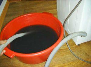 Сливаем воду со стиральной машины с помощью сливного шланга
