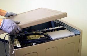 Снимаем векрхнюю крышку стиральной машины