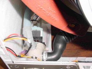 Снимаем все провода, которые идут к насосу