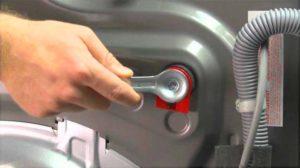 Снимаем транспортировочные болты со стиральной машины