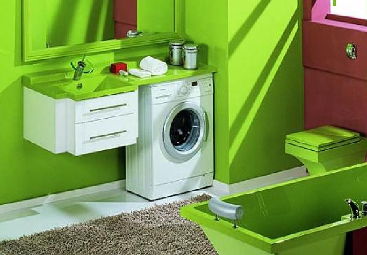 Узкая машинка в зеленой ванной