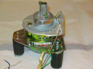 Провода на электродвигателе полуавтоматической стиральной машины