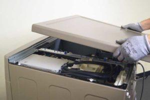 Снимаем верхнюю крышку стиральной машины
