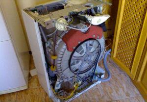 Доступ к насосу на стиральной машине внизу
