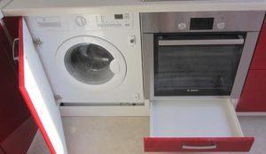 Встраиваемую стиральную машину можно замаскировать за мебелью
