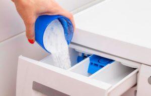Засыпаем стиральный порошок в отсек для моющих средств