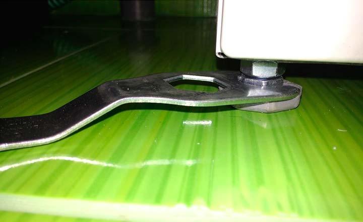 Подкручиваем ножки стиральной машины