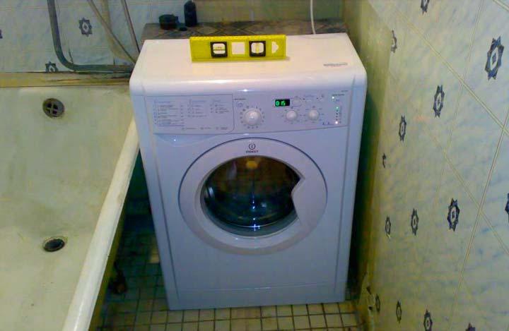 Установка стиралки при помощи уровня