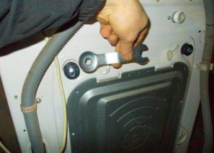 Снимаем транспортировочные болты на стиральной