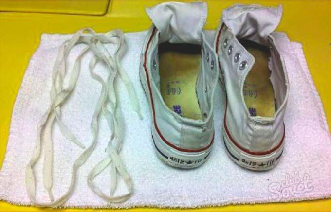 Перед стиркой нужно вынуть шнурки с кед
