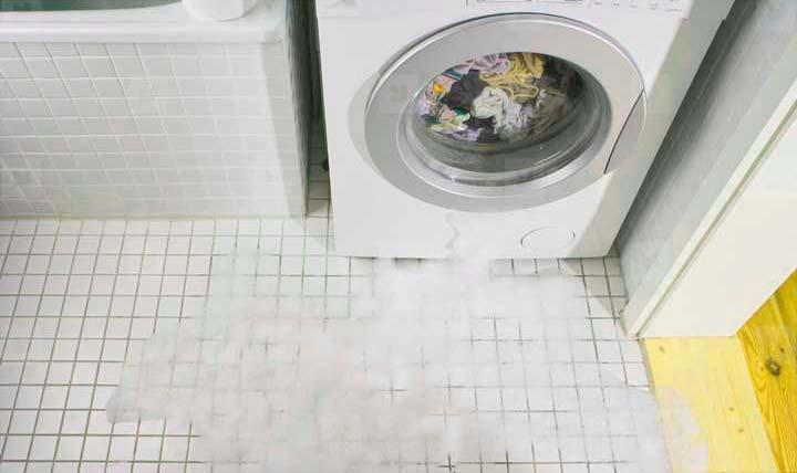 Течь воды со стиральной машины может быть связана с поломкой подшипника
