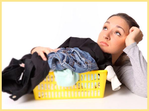 Женщина задумалась, корзина с бельем в стирку