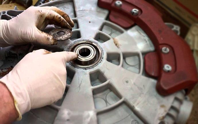 Пошипник стиральной машины в ремонте