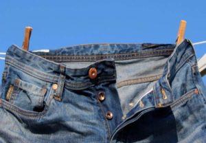 - стирать джинсы следует, вывернув на изнанку;