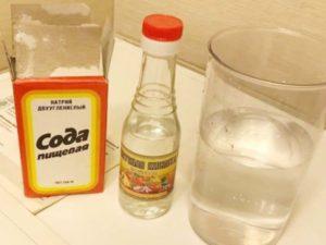 В-третьих, раствор уксуса уничтожает любые резкие запахи (пот, моча, сигареты, бензин и т.п.).