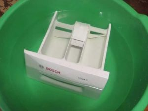 Намного более безопасным является очищение лотка для порошка с перекисью водорода